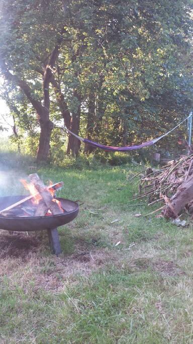 Im Garten Feuer machen und dann abhängen.