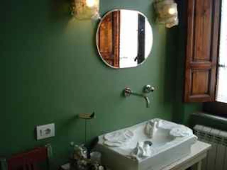 Camera Edda: bagno con lavabo scultura in marmo.