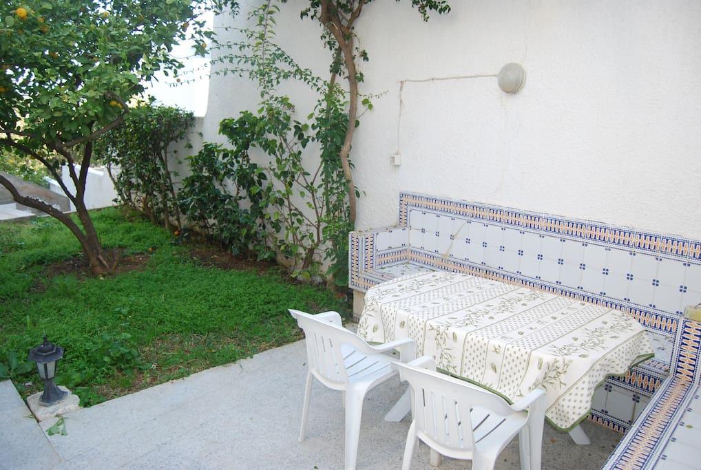 Terrasse avec coin repas agréable et ensoleillée.