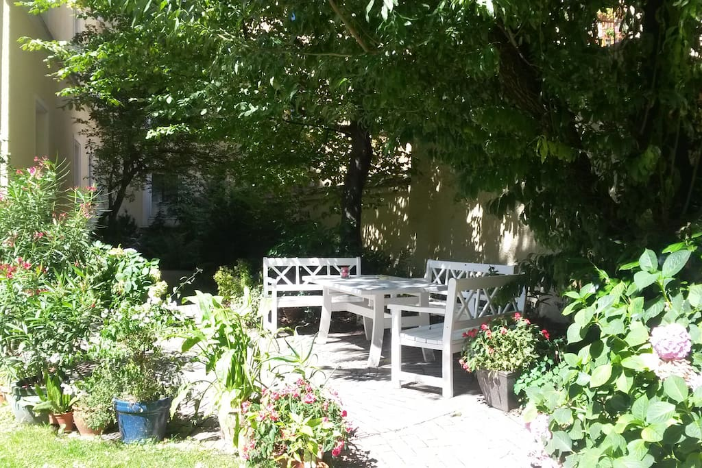 Open to all habitants, the garden coffee table