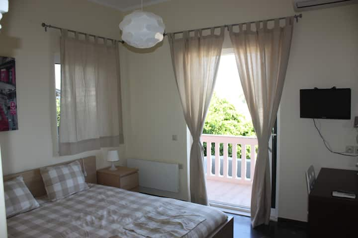 1.Benitses -Cozy apartment just 30m from the beach