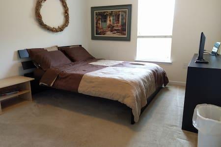 Comfortable Private Bedroom in Condo Near Airport - Атланта