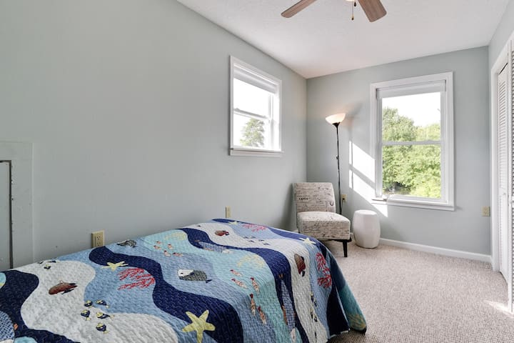 400 Turner trundle bed with Train passing by view