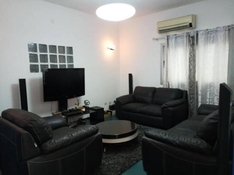 Cotonou, Appartement avec services hôteliers - Guesthouses à louer à Cotonou, Littoral Department, Bénin Airbnb Logement entier à Cotonou (Bénin). Situé a 5 min de l'aéroport et au centre ville ce très grand appartement comprend une chambre salon sanitaire entièrement meublés et très luxueux. ...... Cotonou, Appartement avec services hôteliers - Guesthouses à louer à Cotonou, Littoral Department, Bénin