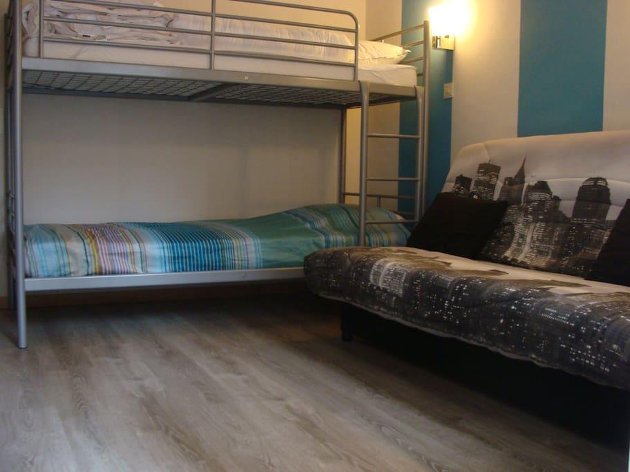 slaapkamer 1: stapelbed + slaapbank