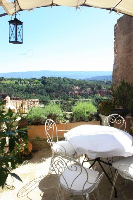 terrasse avec vue pittoresque sur les falaises d'ocre, val des fees