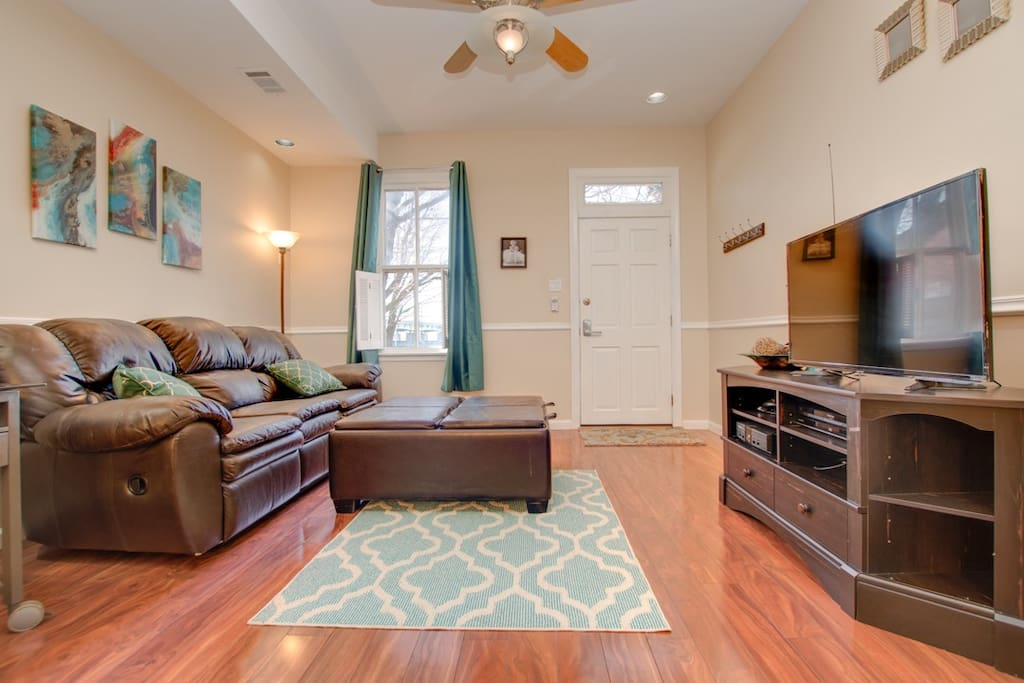 Living room with TV/major cable channels, Netflix, Amazon Prime