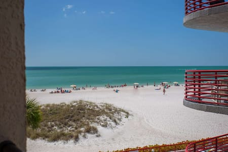 Great Value in a Beachfront Condo.  Walk Over to Johns Pass and Step Out the Door to the Beach. - Madeira Beach - Ortak mülk