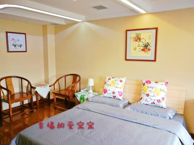 阳光充沛的主卧,有1.8米的大床还配有一对休闲椅,电视、贵妃塌的沙发