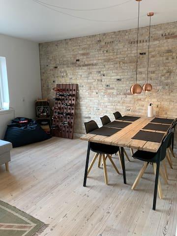 Nyistandsat og lys lejlighed i centrum af Odense