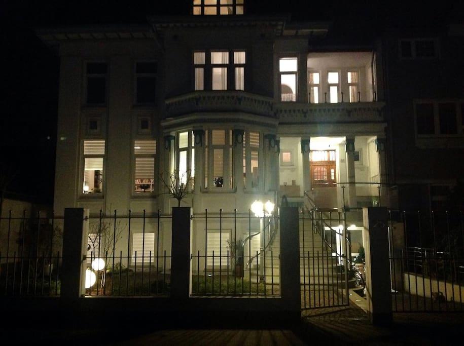 Villa von außen bei Nacht und aktiver Außenbeleuchtung!