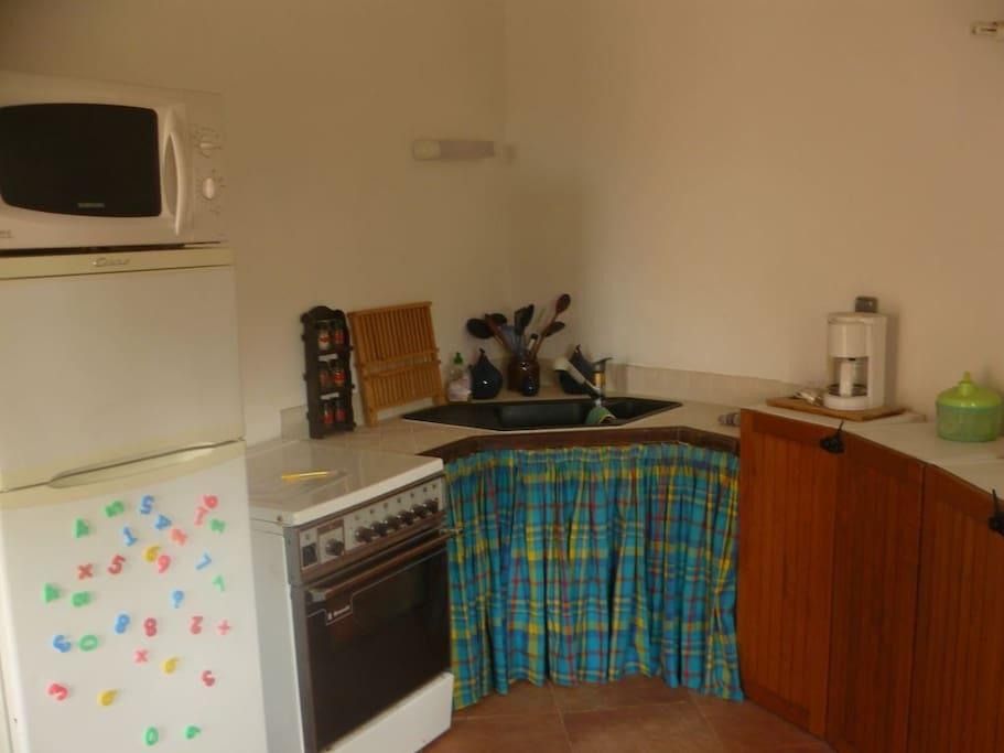 la cuisine entièrement aménagée avec tous les ustensiles