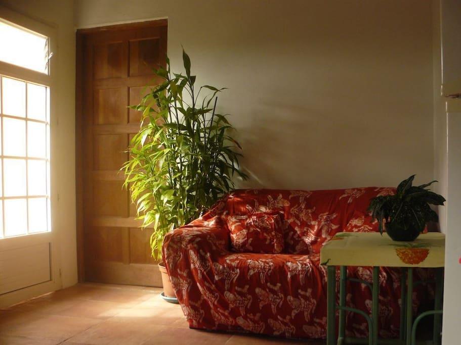 le coin salon pour se détendre et regarder la télévision