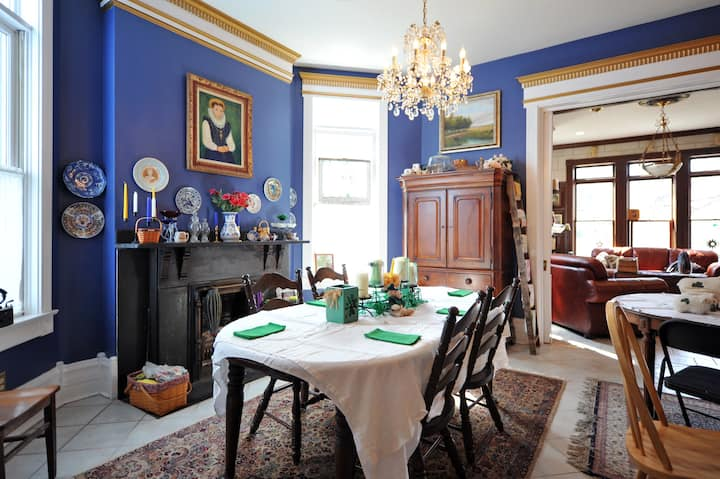 Quaint room in an elegant Victorian