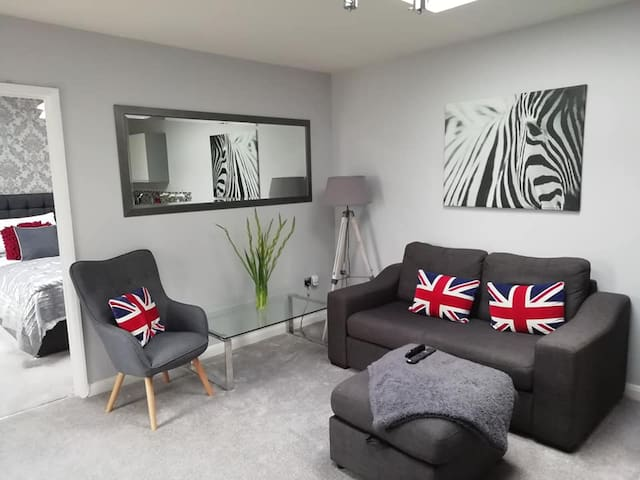 Annexe: Dbl bedroom+lounge/kit/diner+bathrm-Marlow