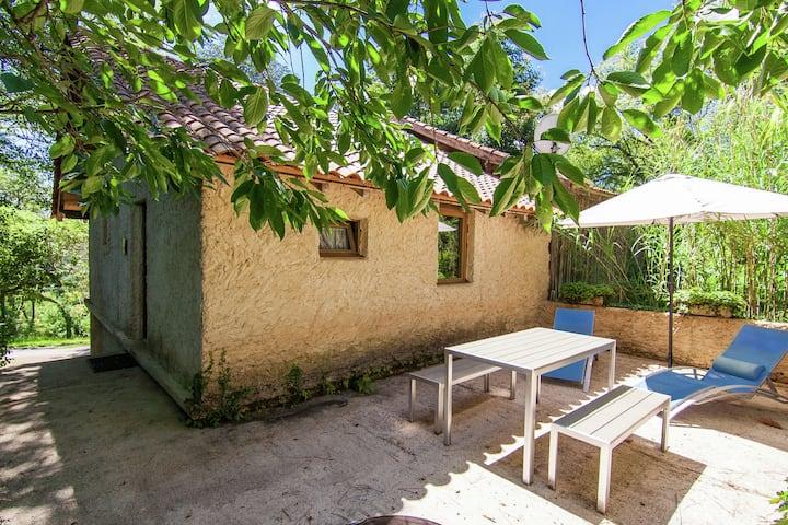Accogliente cottage con vasca idromassaggio a Bourgnac