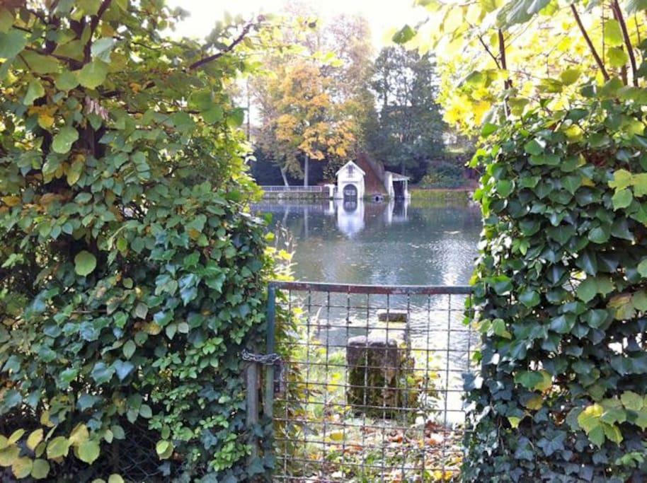en traversant le sentier, on arrive sur une partie du jardin qui borde l'eau, 2 canoés à disposition