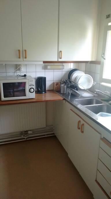 Köket är ren och möblerad.