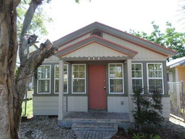 COZY COTTAGE IN DOWNTOWN LAKE WORTH