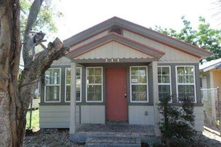 COZY COTTAGE IN DOWNTOWN LAKE WORTH - Lake Worth - Rumah