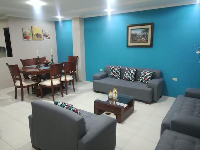 La sala es muy amplia y cuenta con Tv de 52 pulgadas para compartir momentos agradables en familia o amigos