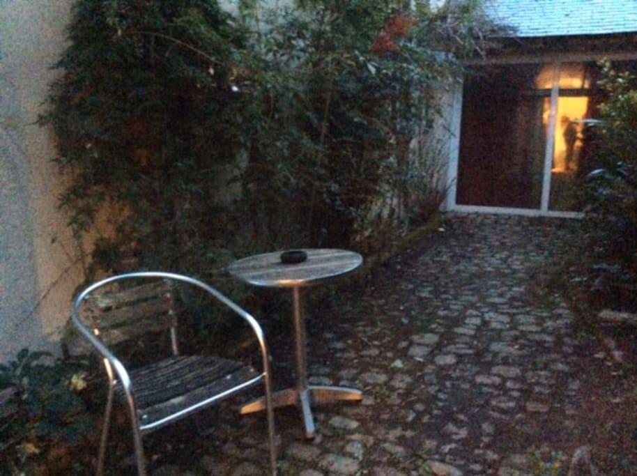 Un jardin-patio  qui vous permet de prendre l'air au calme ou même de manger dehors aux beaux jours.