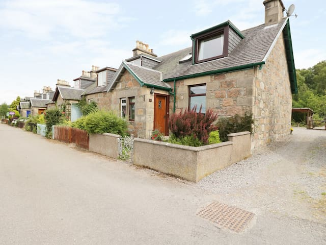 DISTILLERY COTTAGE, pet friendly in Aberlour, Ref 20354
