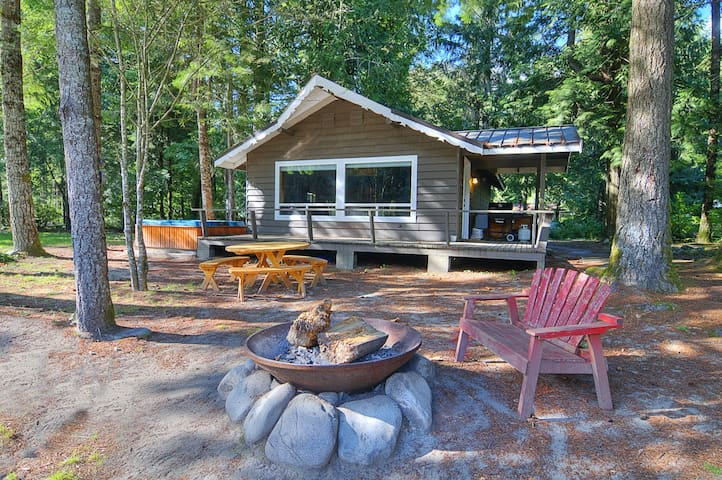 Riverfront Cottage w Stunning Views, Great Romantic or Small Family Escape!