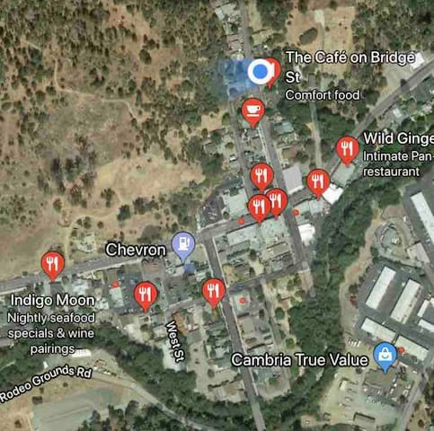 The blue dot represents the Inn. Plenty of restaurants, bars, coffee shops and wine tasting rooms within walking distance.