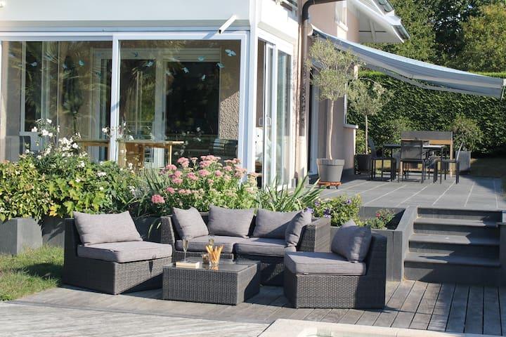 Modern villa with swimming pool/ lake access