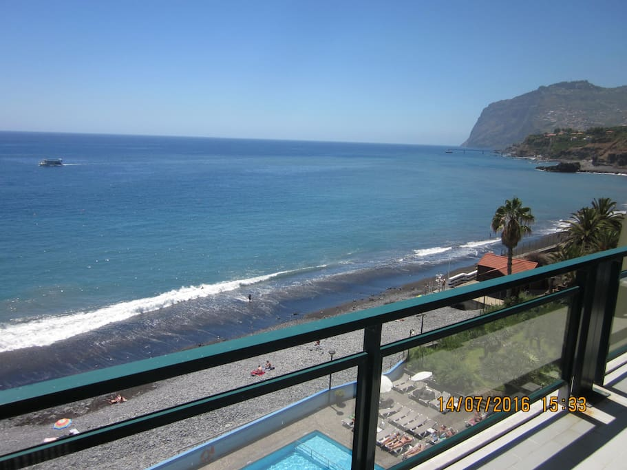 Large balcony with fantastic sea-views !