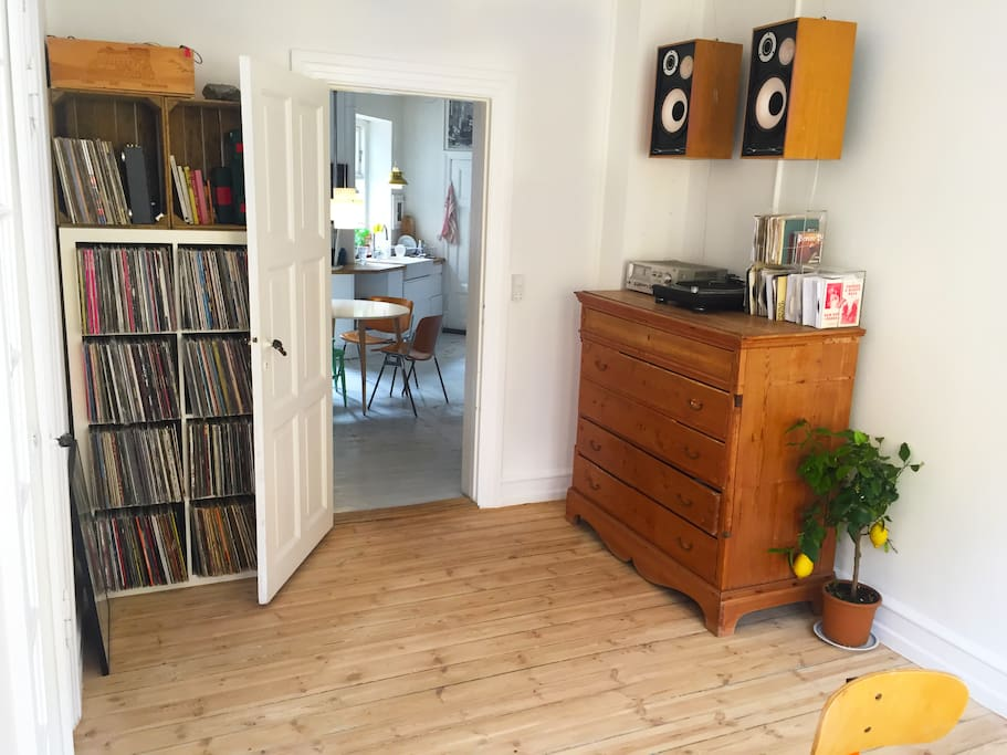 View from one of the livings rooms to the kitchen. We have e big vinyl collection, mostly hiphop, if you can use a record player, feel free too