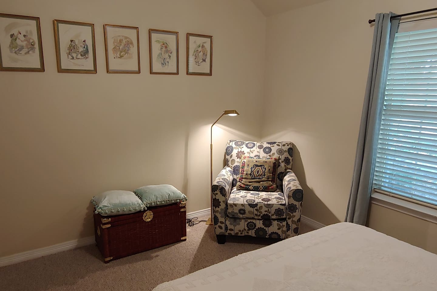 Large Guest Room Queen Bed in Nice Stylish Home.