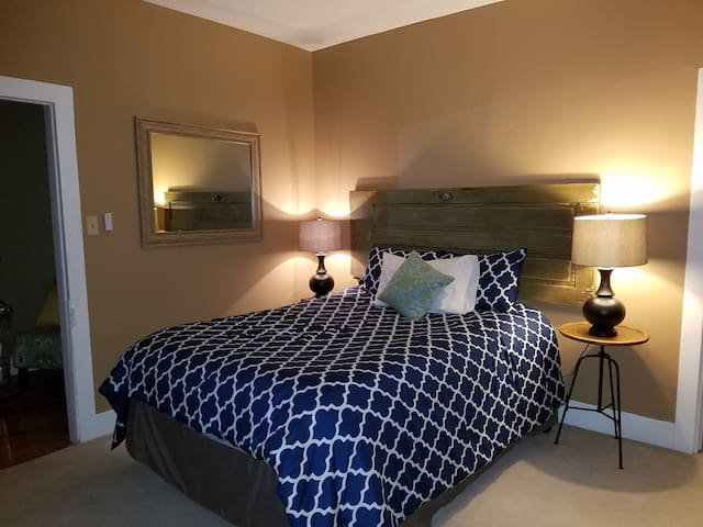 Spacious and charming queen-sized room in B&B