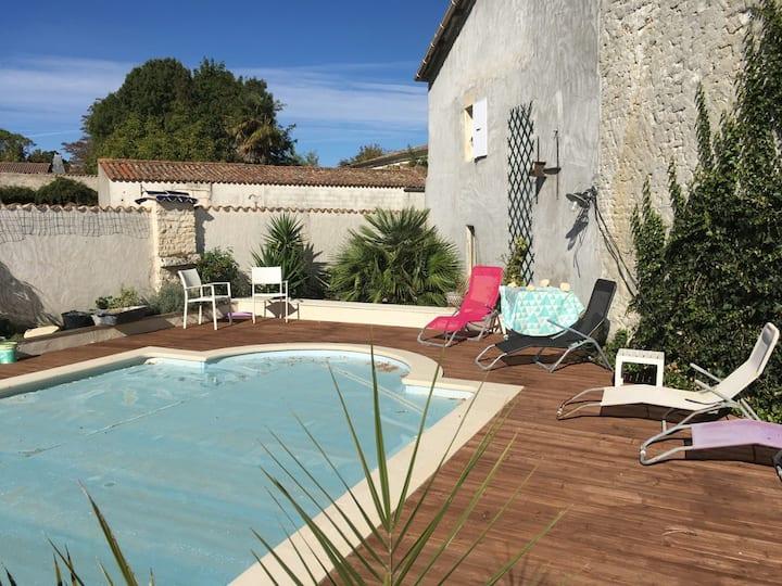 Studio chaleureux et indépendant avec piscine