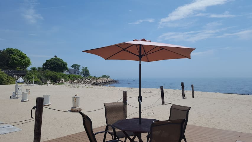Waterfront Beach Cottage with Private Beach - Old Lyme - Talo