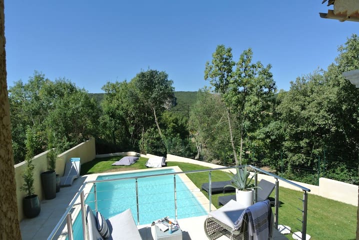 Stylish renovated villa with pool & stunning views - Vailhan - Willa