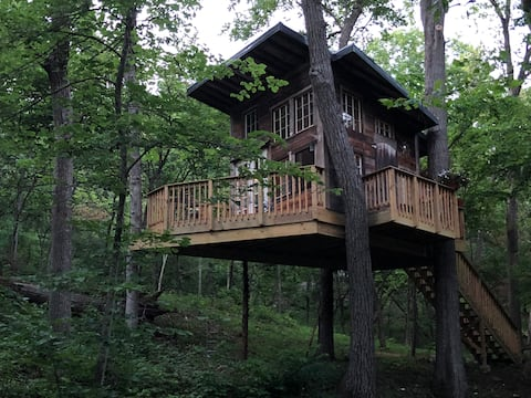 SundanceKC Tree House at Beautiful Lake Retreat