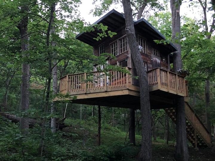 SundanceKC Tree House at Beautiful Lake Retreat