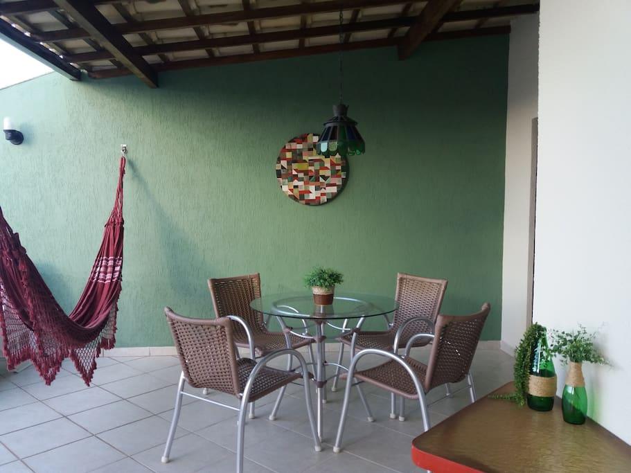 PAVIMENTO SUPERIOR- Espaço com mesas, rede, espriguiçadeiras, chuveirão, ombrelone, perfeito para socializar, tomar um sol ou se refrescar