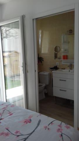 salle de bain, toilette et douche privée
