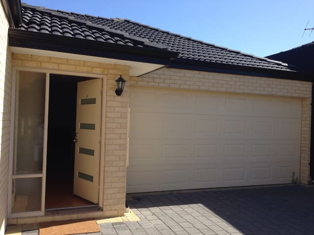 Nice BDR close to CBD and the beach - Nollamara - House