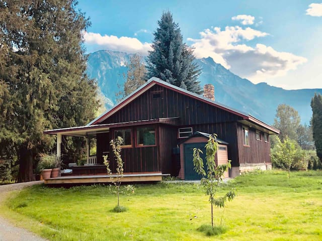 Pemberton Cabin on acreage, 30 min to Whistler