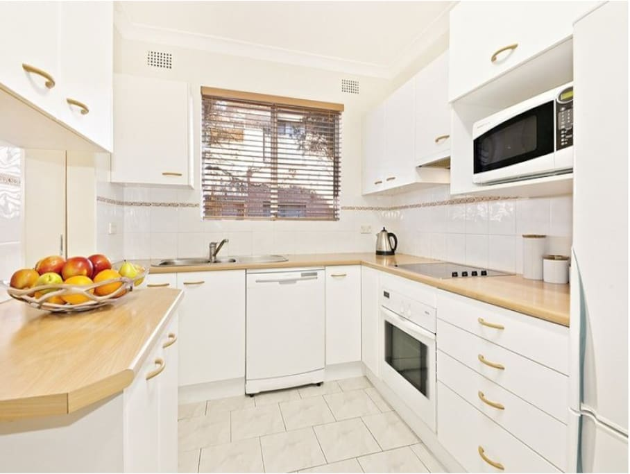 Big, spacious kitchen with an oven, dishwasher, fridge & microwave