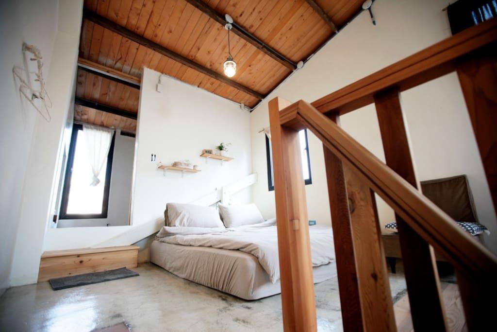 從小小的木樓梯上來,小小的閣樓。