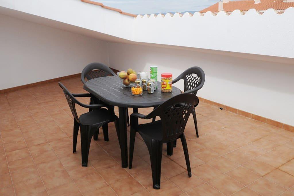 Una de las terrazas, preparada para comer al volver de la playa