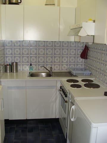 Keuken met microgolf, frigo + vriesvak. ondertussen is er nieuwe oven en kookvuur aanwezig