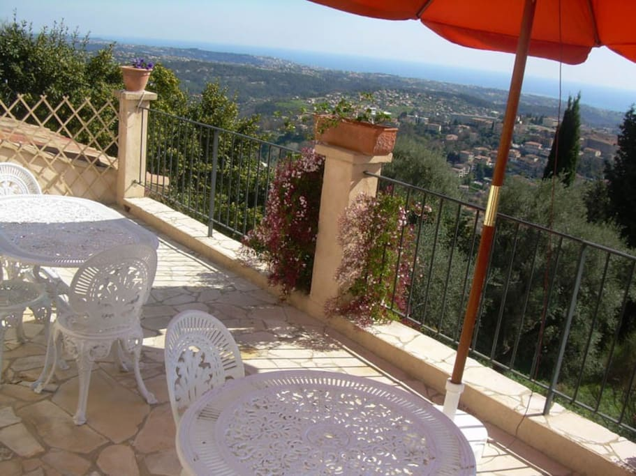 terrace (sun beds, table and chairs)