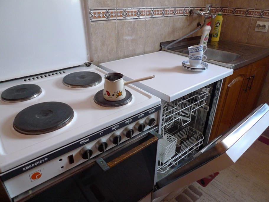 В кухне полноценная плита с духовкой и посудомоечная машина