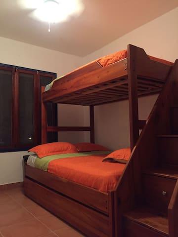 dormitorio con litera camarote!